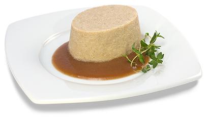 Passierte Lammfleisch-Timbale, auf einem Teller angerichtet