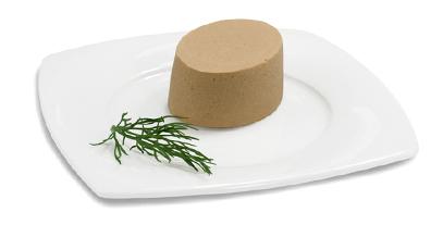 Passierte Lachs-Timbale, auf einem Teller angerichtet