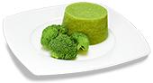 Passierte Broccoli-Timbale, auf einem Teller angerichtet