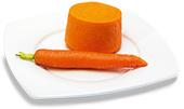 Passierte Karotten-Timbale, auf einem Teller angerichtet