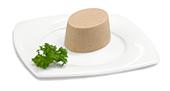 Passierte Rinderbraten-Timbale, auf einem Teller angerichtet