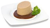 Passierte Rindfleisch-Timbale, auf einem Teller angerichtet