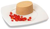 Passiertes Schweinegulasch-Timbale, auf einem Teller angerichtet